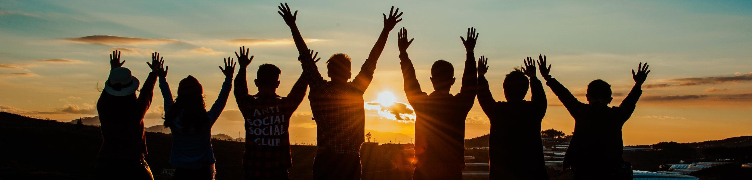 Teenager feiern den Sonnenuntergang