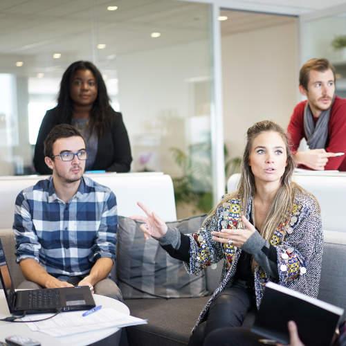 Kursleiter diskutieren am Laptop