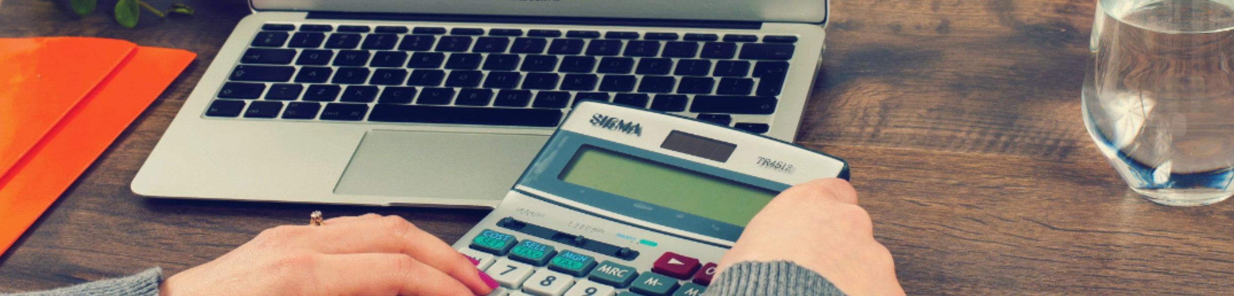 Taschenrechner und Laptop
