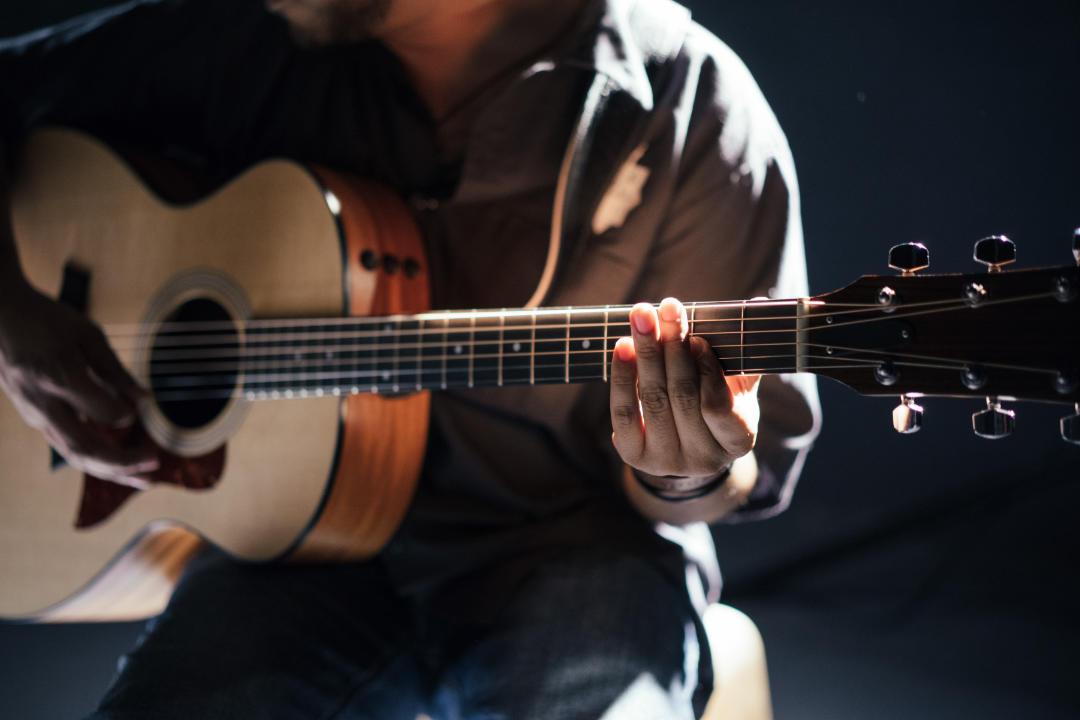 Akustik-Gitarre spielen