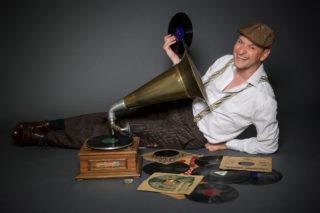 "Grammophon-Lesung mit Jo van Nelsen ""Kabarett(isten) im KZ"""